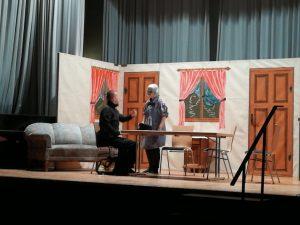 Der Postmichel (Michael Roos) und das Fräulein Pfleumlein (Tina Maiser) beim Theaterstück