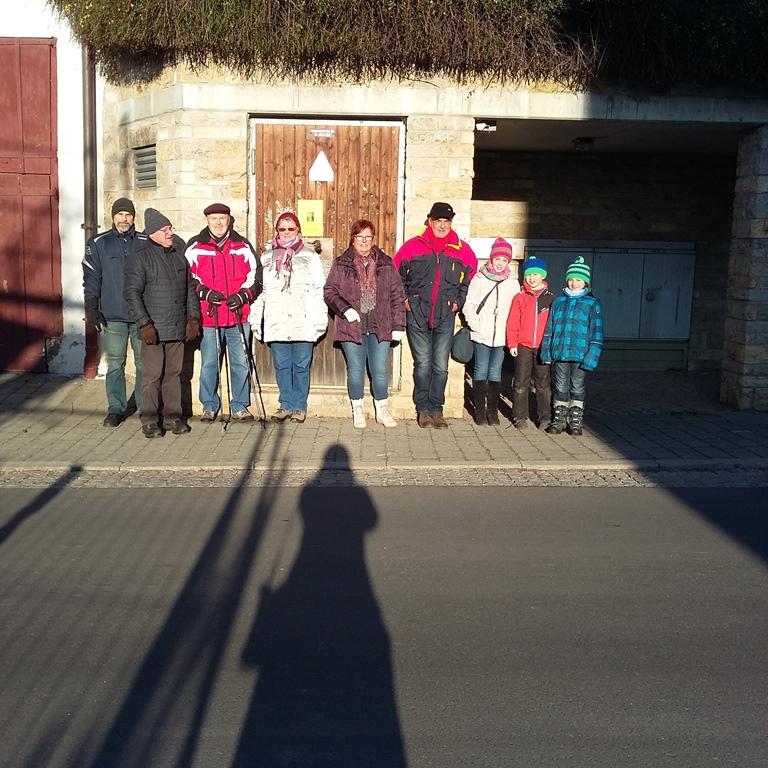 Gruppenfoto am Treffpunkt an der Bushaltestelle