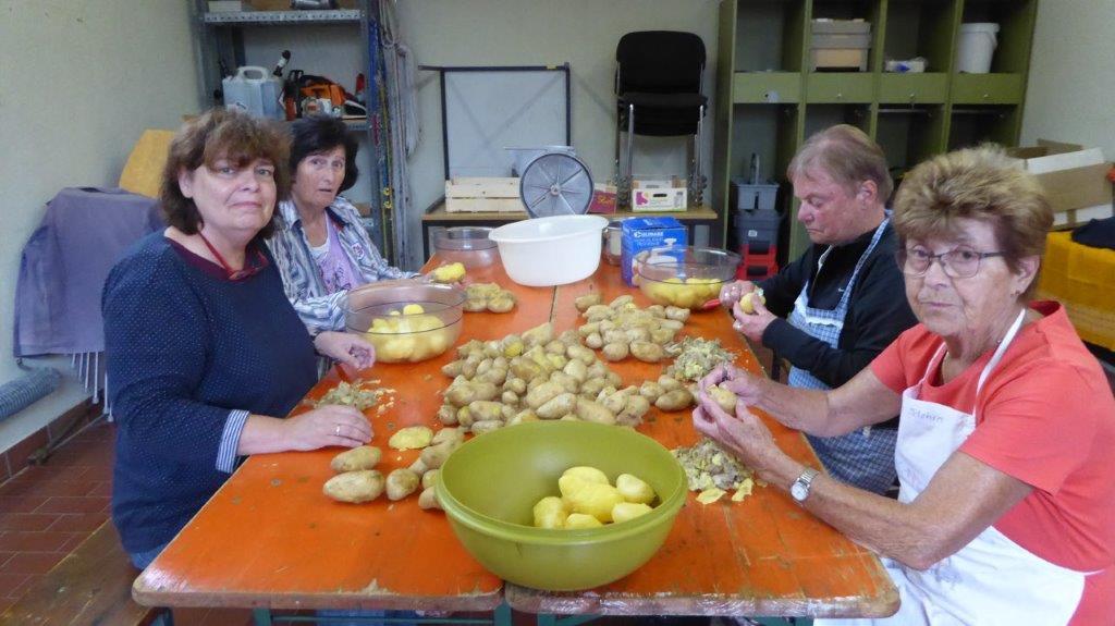 Beim Kartoffelsalat zubereiten