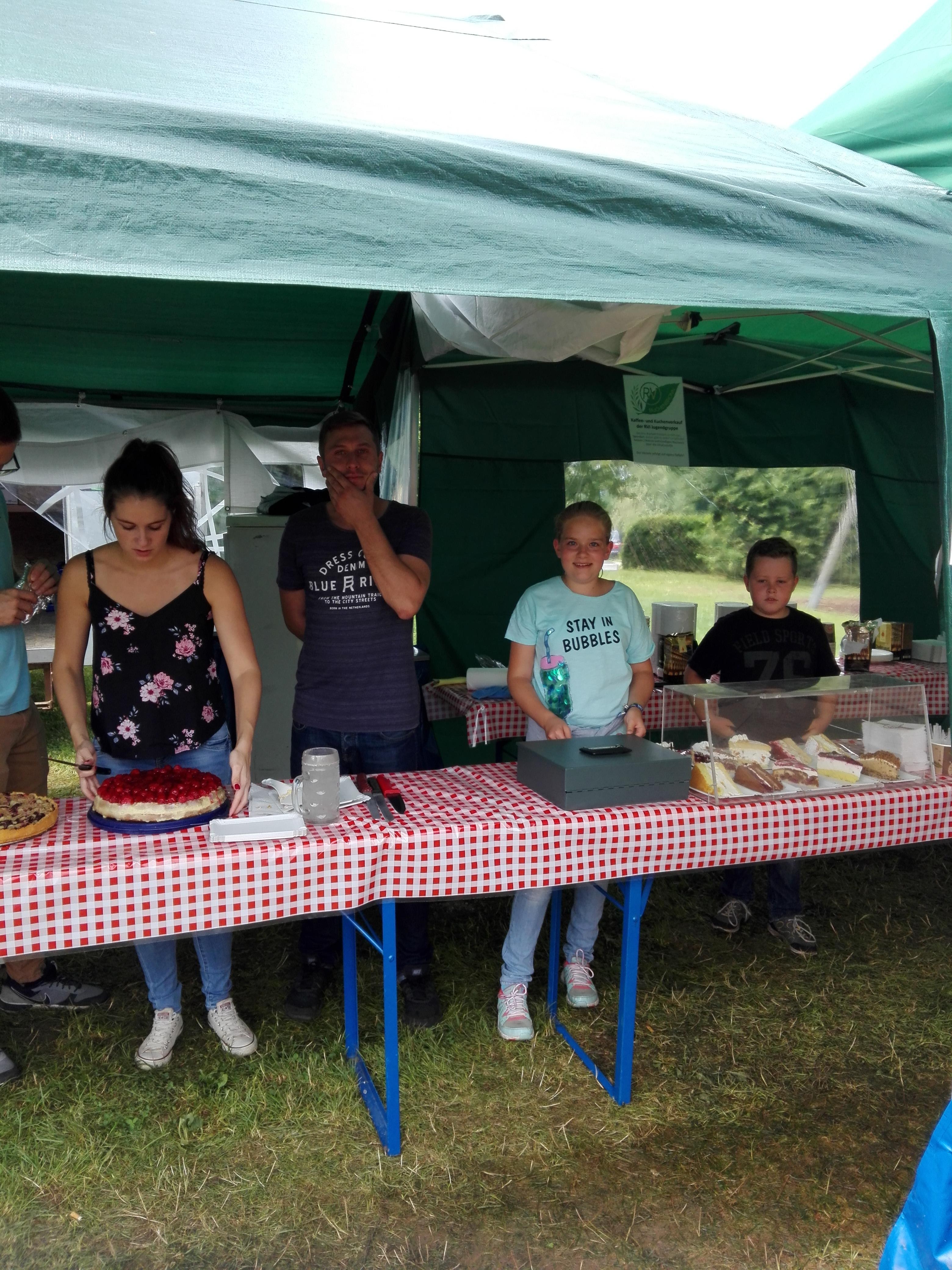 Der Kuchenverkauf von der Jugendgruppe